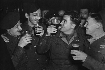 Image British US soldiers drinking