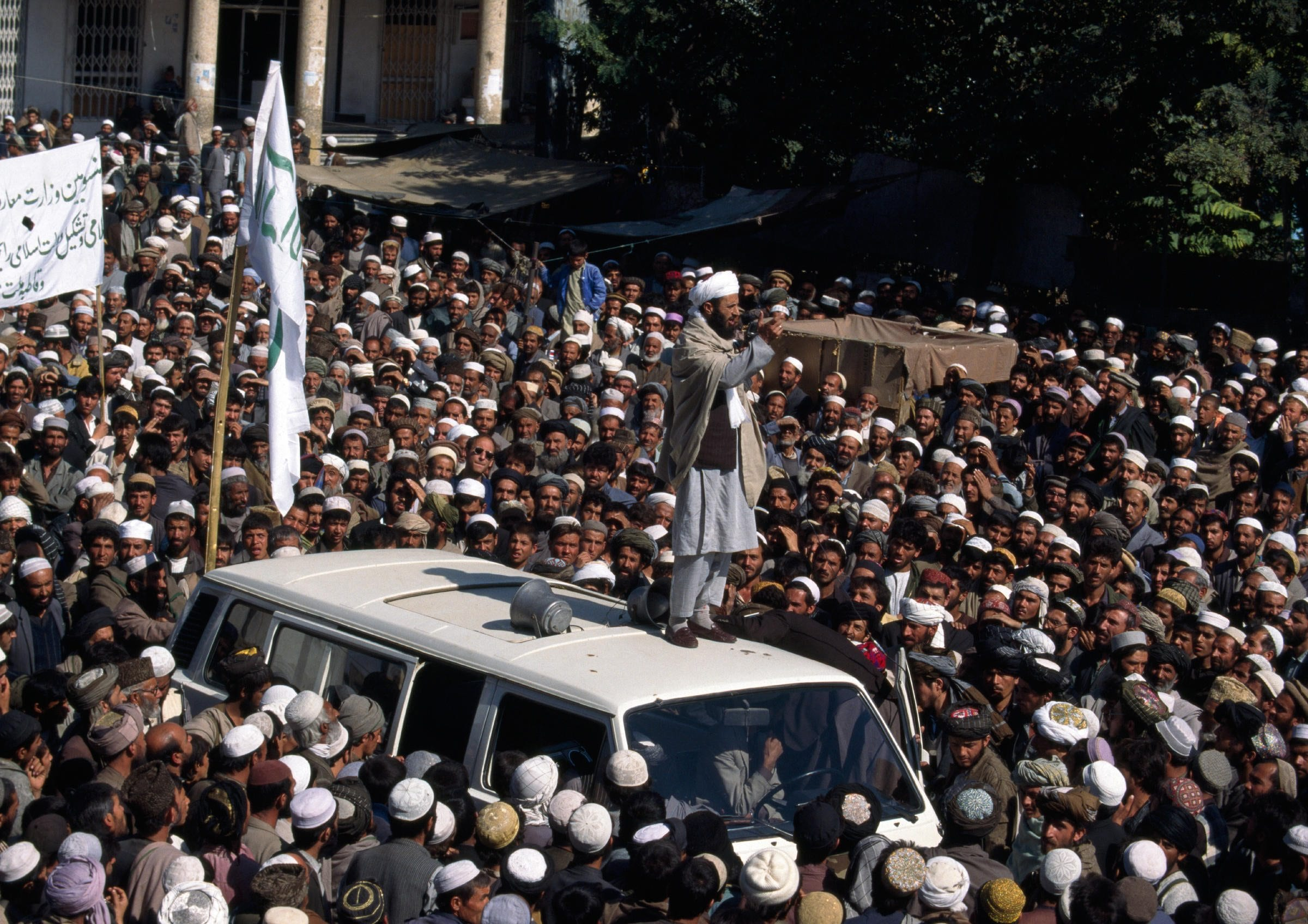 A Taliban mullah speaks to a crowd in central Kabul in early Oct. 1996  (ROBERT NICKELSBERG)