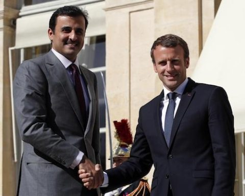 Image A defiant Qatar signs deals with France and UK amid blockade (AP Photo/Christophe Ena)