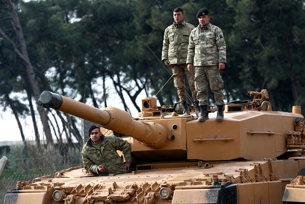 Image Turkish soldiers prepare their tanks near the Syrian-Turkish border, at Reyhanli district in Hatay, Turkey, January, 21, 2018 [Sedat Suna / EPA]