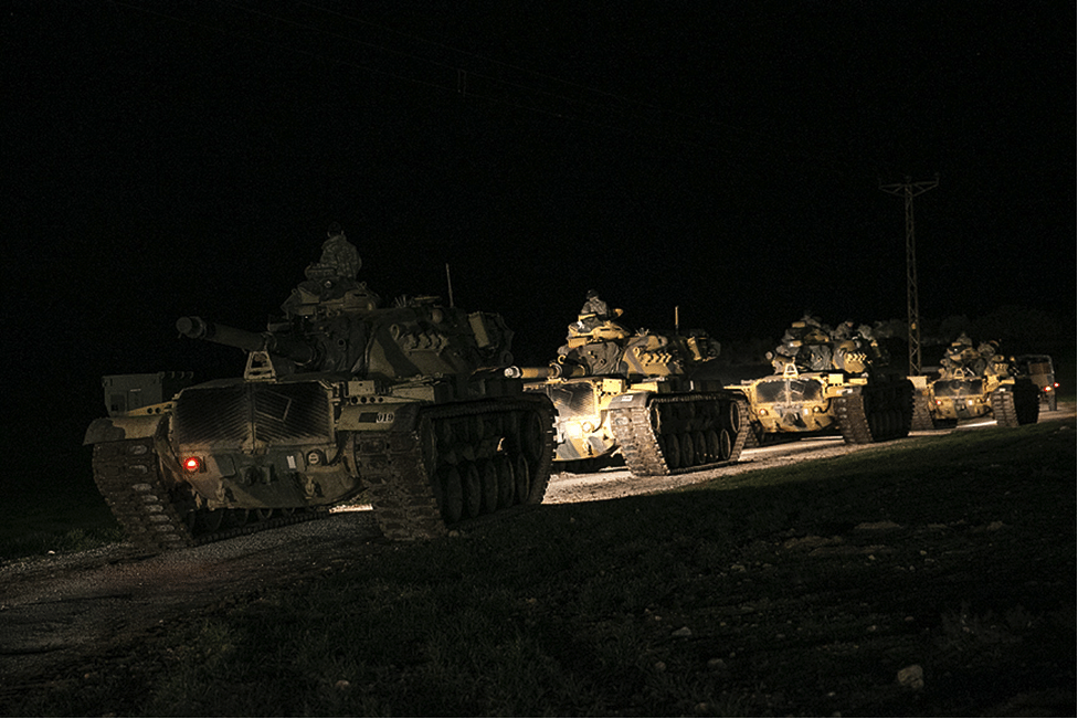 Image Turkish tanks preparing to cross into Syria