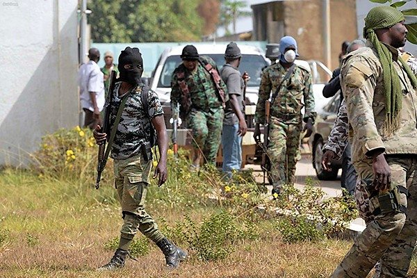 Image Anti-Government rebels of the Ivory Coast's military overwhelm loyalists