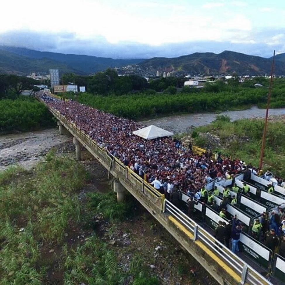 Image [Venezuelans queuing up to enter Cucuta, Colombia - AFP]