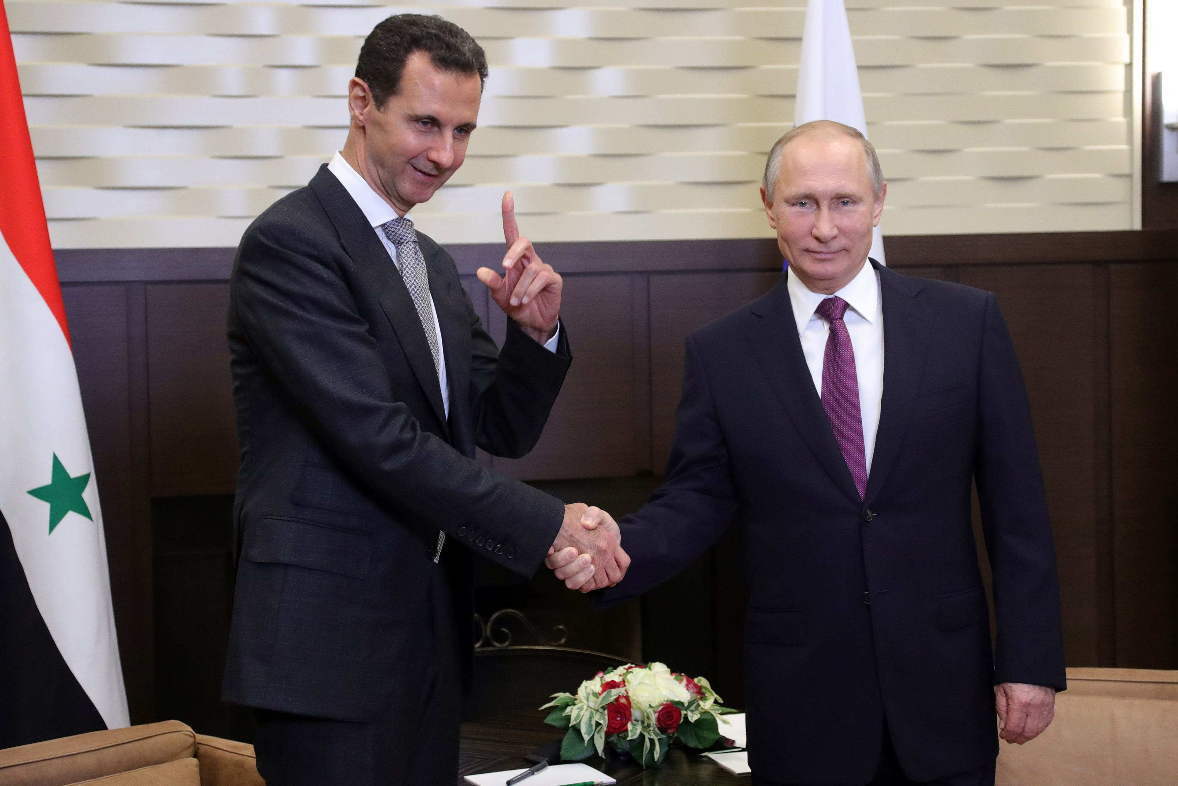 Image Russia's President Vladimir Putin (R) shakes hands with his Syrian counterpart Bashar al-Assad, November 20, 2017 [Mikhail KLIMENTYEV / AFP]