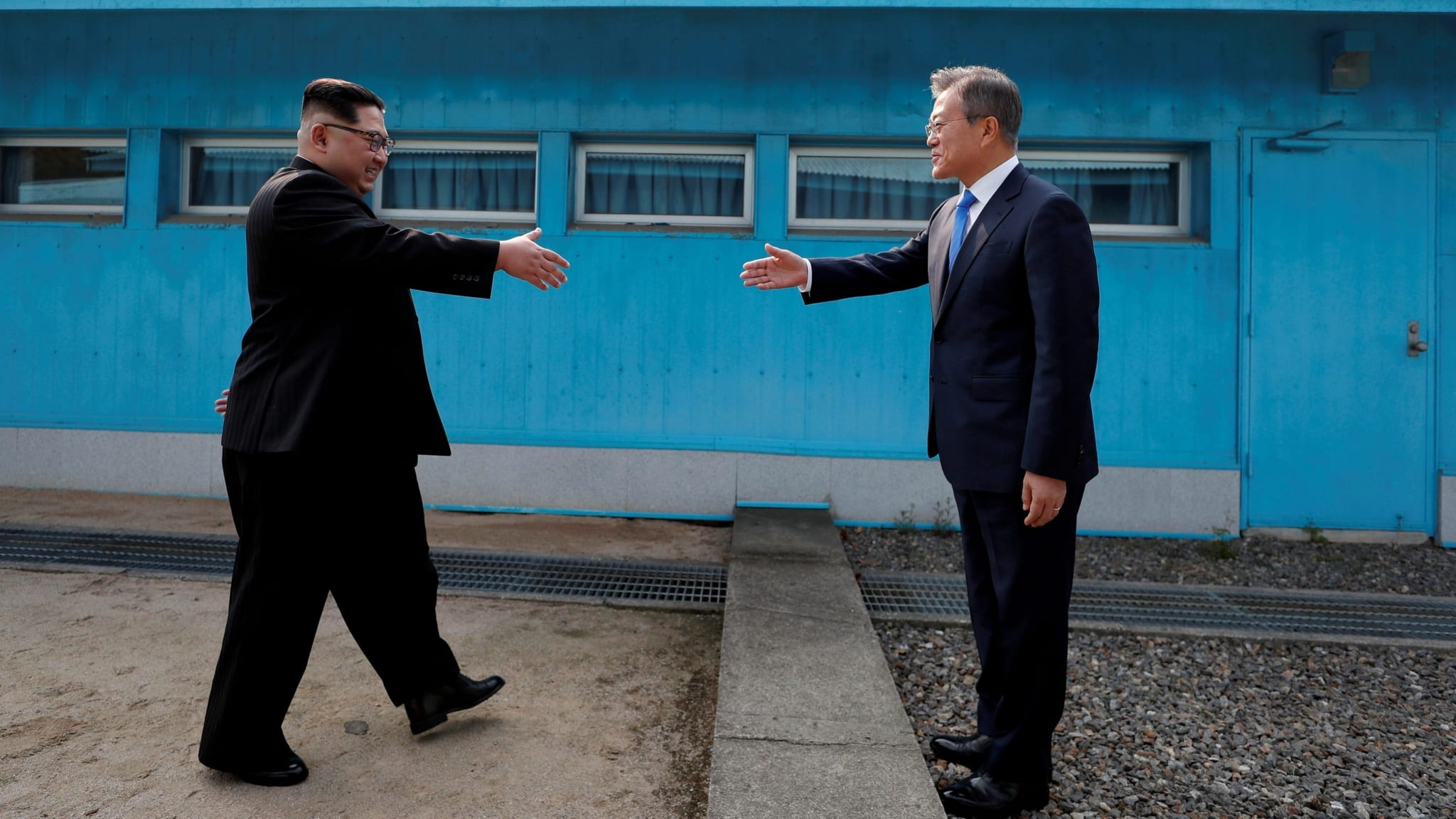 Image North Korea's Kim Jong-un and South Korea's Moon Jae-in meet in an historic summit, April 27, 2018 (Korea Summit Press Pool/Pool via Reuters)