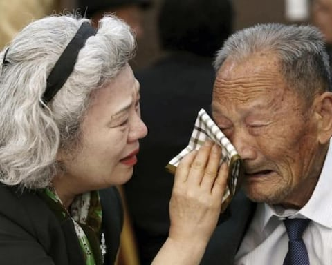 Image 21st Korean family reunion for families separated by war highlights complications of relations between the Koreas [Lima Charlie News][Photo: Kim Do-hoon/Yonhap via AP]