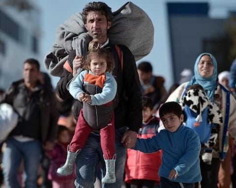 Image A Russian proposal to the refugees of Syria [Lima Charlie News][Photo: Louisa Gouliamaki / AFP]