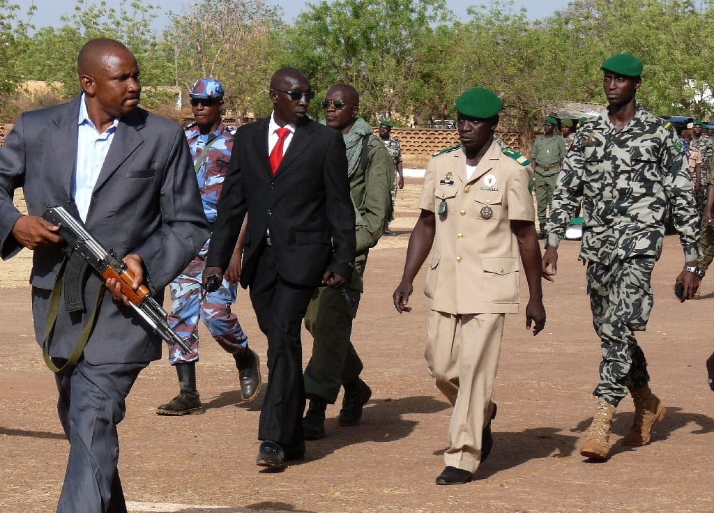 Image Leader of the coup against Mali President Amadou Toumani Touré, Captain Amadou Sanogo (2-R) walks with members of his staff at the Kati military camp near Bamako, Mali, 02 April 2012. [EPA]
