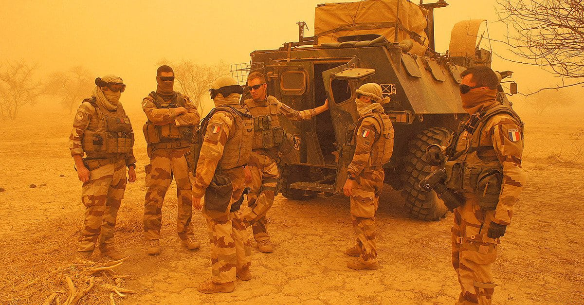 Image French soldiers from Operation Barkhane stand outside their armored personnel carrier during a sandstorm in Inat, Mali, May 26, 2016 [Photo Media Coulibaly - Reuters]