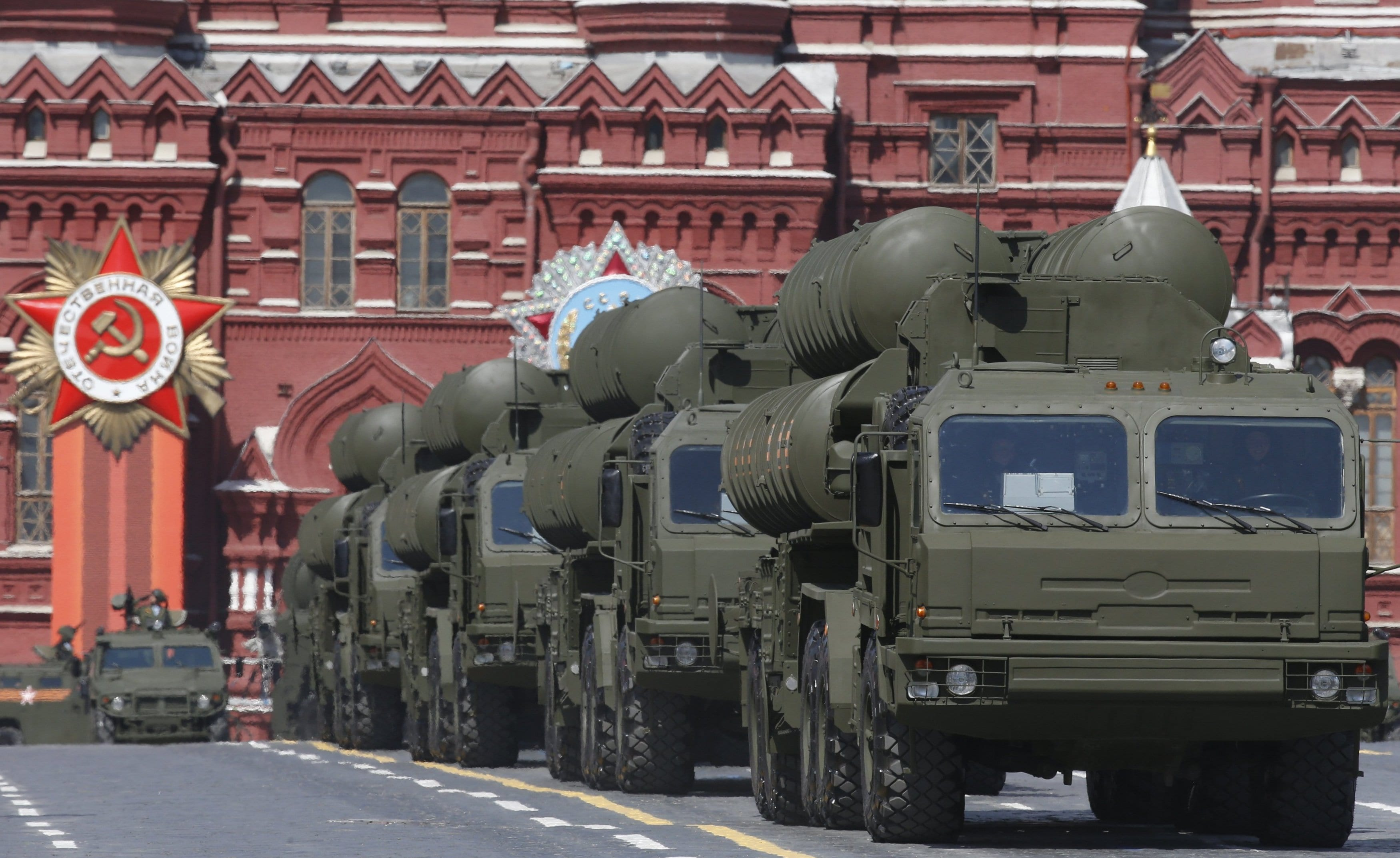 Image Russian S-400 Triumph Growler medium-range and long-range surface-to-air missile systems on display in the Victory Day parade at Red Square in Moscow [REUTERS / RIA Novosti]