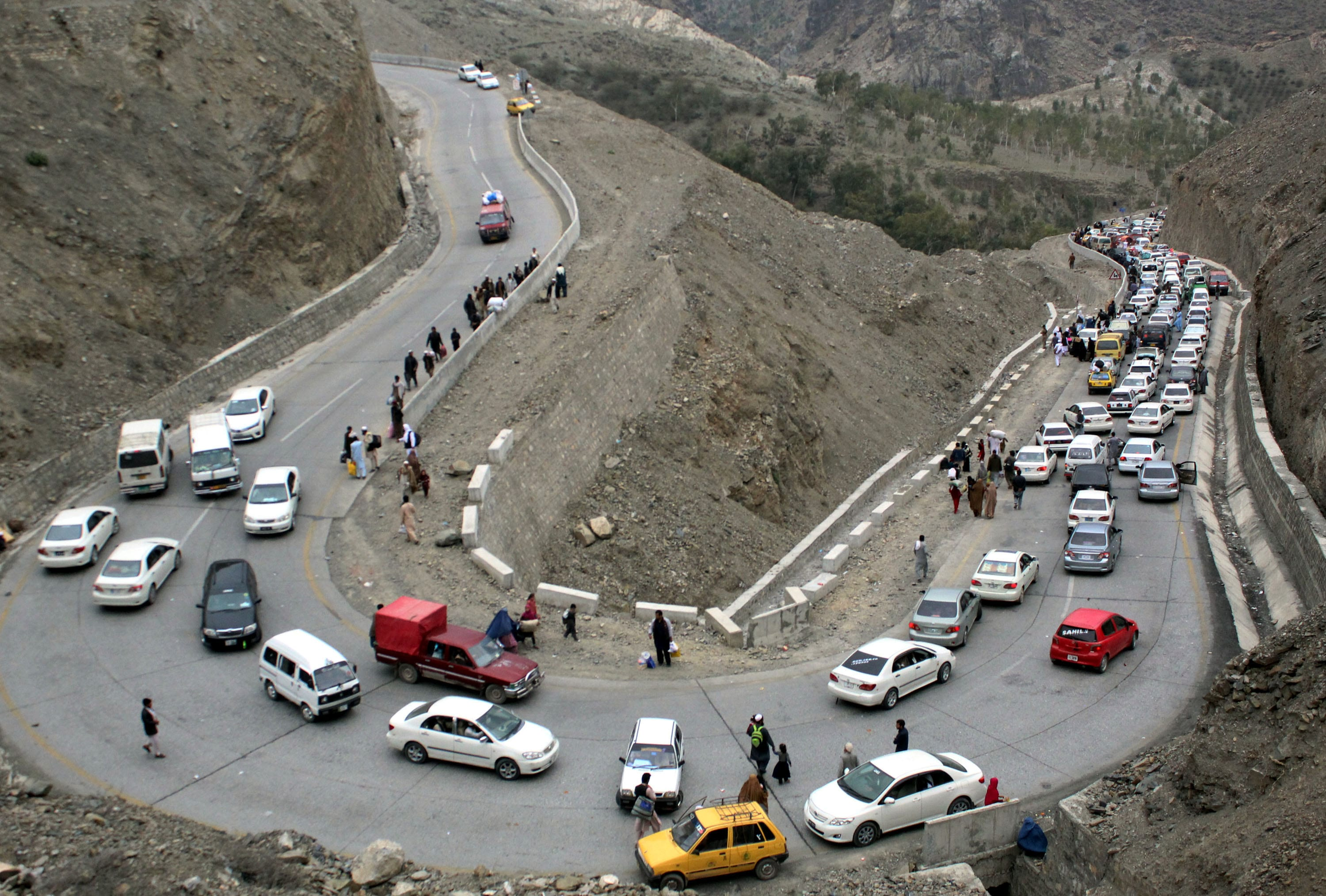 Image [TORKHAM, March 7, 2017 -- Vehicles en rout to Afghanistan line up near Pak-Afghan border in northwest Pakistan's Torkham on March 7, 2017. (Xinhua/Sidique)]