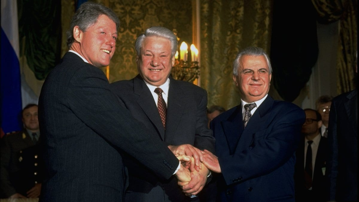 Image US President Clinton, Russian President Yeltsin and Ukrainian President Kravchuk after signing the Trilateral Statement in Moscow in January 1994 that became the basis for the Budapest Memorandum.
