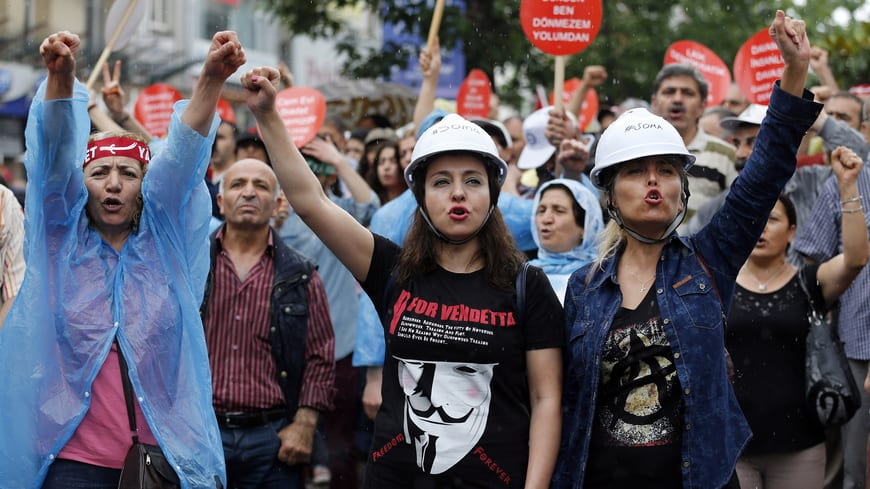 Image Alevi demonstrators shout anti-government slogans during a protest against the violence in Okmeydani, a working-class district in the center of the city, in Istanbul, Turkey, May 25, 2014. (Murad Sezer)